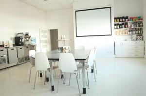 Kromě čerstvě pražené kávy společnost nabízí komplexní nabídku školení, výrobků a zařízení pro trh s kávou