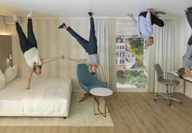 Hotelový pokoj vzhůru nohama a mluvící kufr na kolečkách