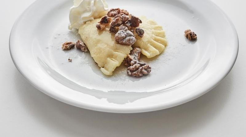 povidlové taštičky s oříšky, máslem a šlehanou smetanou
