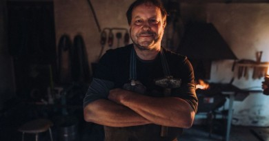 Nožíř Jaroslav Novotný ve své kovárněw