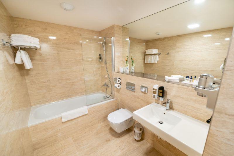 850-Deluxe DBL Bathroom světlá (1)w